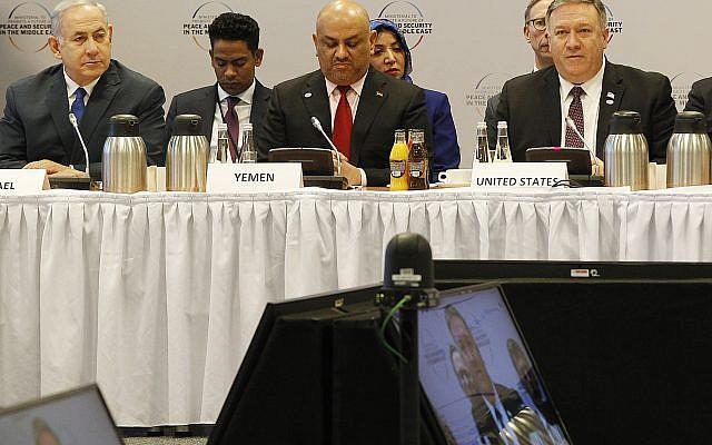 De gauche à droite : Benjamin Netanyahu, le chef de la diplomatie yéménite Khalid al-Yamani et e Mike Pompeo à la Conférence sur la sécurité au Moyen Orient à Varsovie, le 14 février 2019. (Crédit : AP/Czarek Sokolowski)