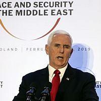 Le vice-président américain Mike Pence à la Conférence sur la sécurité au Moyen Orient à Varsovie, le 14 février  2019. (Crédit : AP/Michael Sohn)