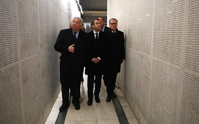 Le président français Emmanuel Macron, au centre, le président de l'Assemblée nationale française Richard Ferrand (à droite) et le président du Sénat Gérard Larcher visitent le mémorial de la Shoah le mardi 19 février 2019 à Paris. (Crédit : AP / François Mori, Piscine)