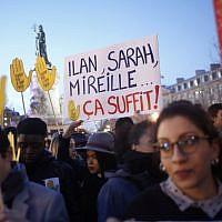 Des gens se rassemblent sur la place de la République pour protester contre l'antisémitisme, à Paris, en France, le mardi 19 février 2019. (Crédit : AP / Thibault Camus)