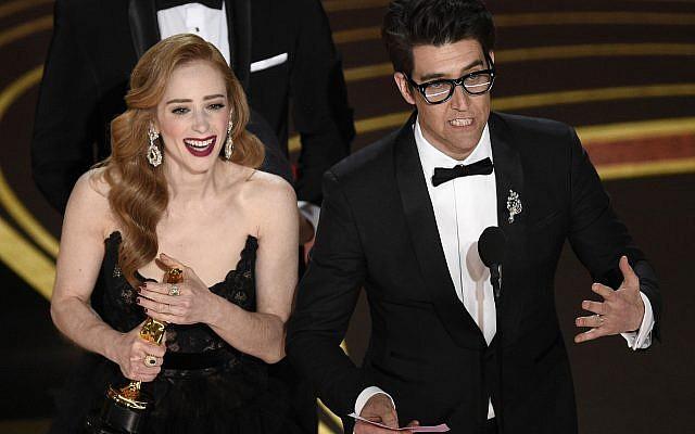 """Guy Nattiv, à droite, et Jaime Ray Newman acceptent l'Oscar du meilleur court-métrage de fiction pour """"Skin"""" lors de la cérémonie des Oscars organisée au théâtre Dolby de Los Angeles, le 24 février 2019 (Crédit :  Chris Pizzello/Invision/AP)"""