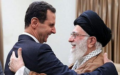 Sur cette photo diffusée par l'agence de presse syrienne SANA, le président Bashar Assad, à gauche, serre la main du chef suprême iranien, l'Ayatollah Ali Khamenei, avant leur rencontre à Téhéran, le 25 février 2019 (Crédit :  SANA via AP)