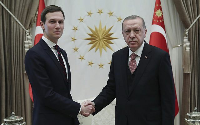 Le président turc Recep Tayyip Erdogan, (à droite), serre la main de Jared Kushner, conseiller du président américain Donald Trump, avant leur réunion au Palais présidentiel à Ankara, Turquie, le mercredi 27 février 2019. (Service de presse présidentiel via AP, Pool)
