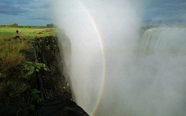 Le 4e plus grand fleuve d'Afrique, le Zambèze, traversant les chutes Victoria au Zimbabwe, 1995. (Crédit : AP Photo/John Moore)