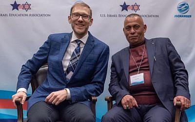 Avi Zimmerman et Ashraf Jabari (Crédit : Eitan Tal via JTA)