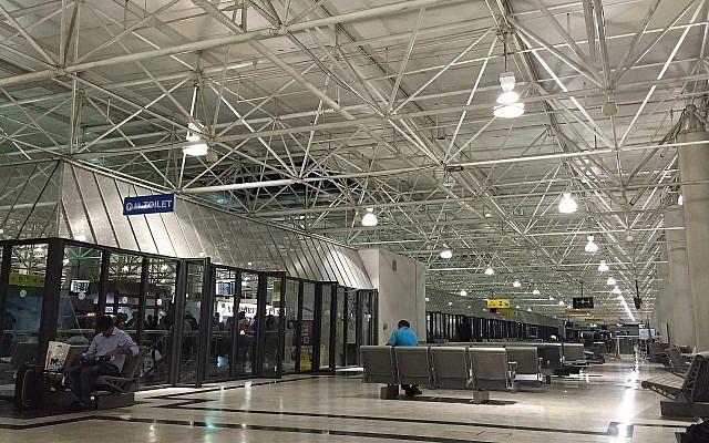 Le hall des départs au Terminal 2 de l'aéroport international Bole, à Addis Ababa, en Ethiopie, le 10 juin 2016 (Crédit : CC BY-SA Wikimedia Commons/Trinidade)