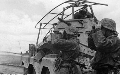 Les soldats de la division SS Viking avancent en Union soviétique en 1941 pendant l'Opération Barbarossa de l'Allemagne nazie (Crédit : (Wikipedia/Bundesarchiv/Hummel/CC BY-SA)
