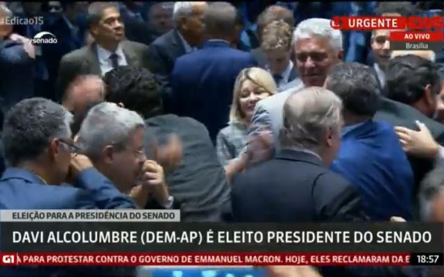 Ses soutiens réunis autour de Davi Alcolumbre, tout juste nommé président du sénat brésilien (Capture d'écran : YouTube)