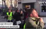 Le suspect, un vendeur de téléphones du Bas-Rhin, est l'homme le plus visible sur les vidéos de l'altercation diffusées samedi. Il a proféré des injures à caractère antisémite envers le philosophe Alain Finkielkraut (Crédit : capture d'écran YouTube)