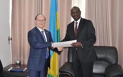 L'ambassadeur israélien Ron Adam présente ses lettres de créance au ministre rwandais des Affaires étrangères, M. Richard Sezibera, le 21 février 2019 (Crédit : ministère des Affaires étrangères du Rwanda)