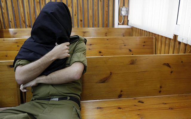 lllustration : Un soldat de l'armée israélienne dans un tribunal militaire. (Crédit : Tsafrir Abayov/Flash90)