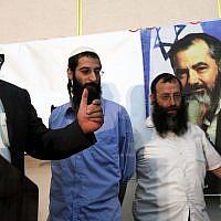 Michael Ben Ari (à gauche) prend la parole lors d'une cérémonie en l'honneur de feu le rabbin Meir Kahane, dirigeant extrémiste juif, dans une salle de Jérusalem, le 26 octobre 2010. A droite, Baruch Marzel. (Yossi Zamir / Flash 90)
