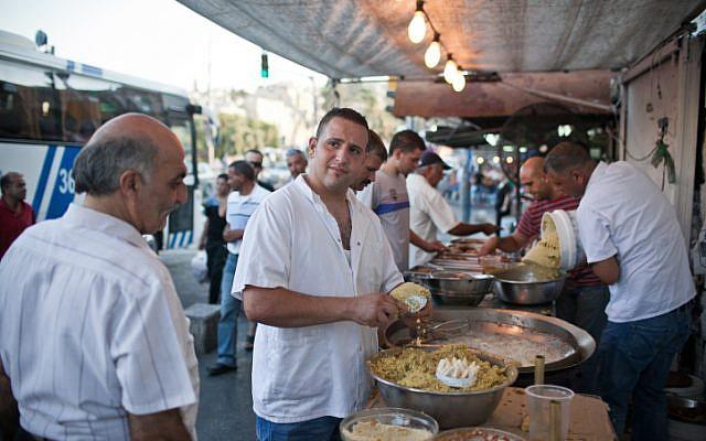 Illustration d'un stand de falafels à Jérusalem-Est en 2012. (Noam Moskowitz/Flash90)