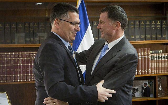 Le ministre de l'Intérieur de l'époque Gideon Saar (à gauche) après avoir remis sa lettre officielle de démission au président de la Knesset  Yuli Edelstein, le 3 novembre 2014 (Crédit : Miriam Alster/Flash90)