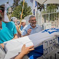 Itamar Ben Gvir (à gauche) et Michael Ben-Ari (à droite), candidats de Otzma Yehudit, portent un faux cercueil avec un homme portant un masque de Benjamin Netanyahu lors d'une manifestation à Jérusalem le 27 juillet 2017. (Yonatan Sindel/Flash90)