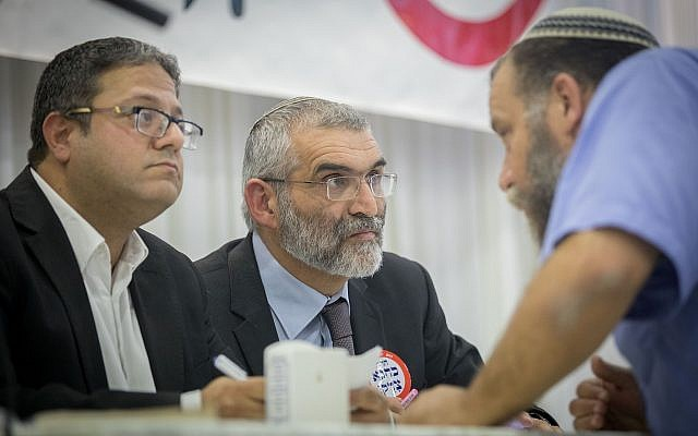 Michael Ben Ari, (au centre), Ben Gvir, (à gauche), et le dirigeant de Lehava Bentzi Gopstein, tous membres du parti Otzma Yehudit, lors d'un événement à Jérusalem marquant le 27e anniversaire de la mort du rabbin Meir Kahane, le 7 novembre 2017. (Crédit : Yonatan Sindel/Flash90)
