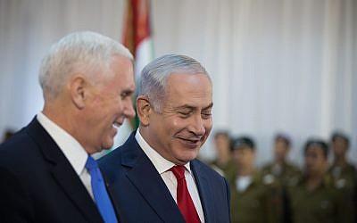 Le vice-président américain Mike Pence, à gauche, salué par le Premier ministre israélien Benjamin Netanyahu au bureau du Premier ministre de Jérusalem, le 22 janvier 2018 (Crédit :  Hadas Parush/Flash90