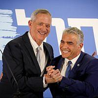Benny Gantz et Yair Lapid de la toute nouvelle alliance Kakhol lavan lors d'une conférence de presse à Tel Aviv, le 21 février 2019 (Crédit : Noam Revkin Fenton/Flash90)