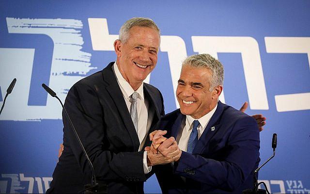 Benny Gantz et Yair Lapid de la toute nouvelle alliance Kakhol lavan lors d'une conférence de presse à Tel Aviv, le 21 février 2019. (Crédit : Noam Revkin Fenton/Flash90)