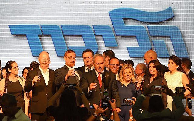 Le Premier ministre Benjamin Netanyahu, au centre, avec son épouse et des députés du Likud lors d'un événement organisé pour la nouvelle année juive à Tel Aviv, le 6 septembre 2018 (Crédit :  Gili Yaari/Flash90)