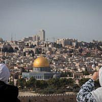 Des touristes contemplent le Dôme du Rocher et le Mont du Temple depuis le belvédère du Mont des Oliviers qui surplombe la Vieille Ville de Jérusalem, le 28 novembre 2018. (Yonatan Sindel/Flash90)