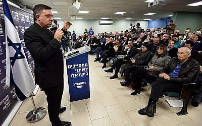 Avi Gabbay, chef du Parti travailliste, s'adresse aux militants lors d'une campagne électorale du parti à Tel Aviv, le 23 janvier 2019. (Gili Yaari/FLASH90)