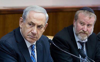 Le Premier ministre Benjamin Netanyahu (à gauche) et le secrétaire du Cabinet de l'époque Avichai Mandelblit lors de la réunion hebdomadaire du cabinet du Premier ministre, à Jérusalem, le 2 février 2014. (Yonatan Sindel/Flash90)