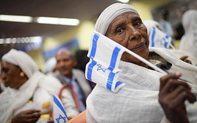 Des membres de la communauté Falashmura à l'aéroport, Ben Gurion de Tel Aviv, le 4 février 2019. (Crédit :Tomer Neuberg/Flash90)