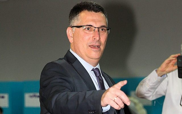 Gideon Saar vote lors des primaires du Likud, dans un bureau de vote de Tel Aviv, le 5 février 2019 (Crédit : Flash90)