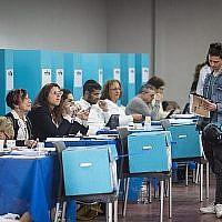 Les membres du Likud votent pour la liste du parti lors des Primaires dans le bureau de vote de la formation à Tel Aviv, le 5 février 2019 (Crédit : Hadas Parush/Flash90)