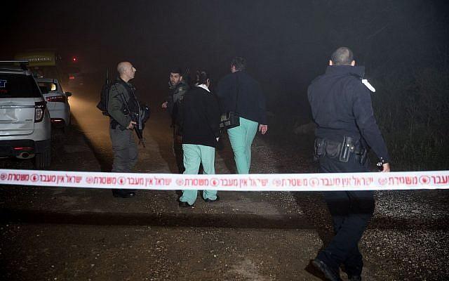 Les forces de sécurité israéliennes sur les lieux où le corps d'une jeune femme a été retrouvé à Ein Yael, dans une banlieue de Jérusalem, le 7 février 2019 (Crédit : Yonatan Sindel/Flash90)