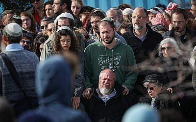 Des amis et des proches aux funérailles d'Ori Ansbacher, dans l'implantation juive de Tekoa, en Cisjordanie, le 8 février 2019 (Crédit : Yonatan Sindel/Flash90)