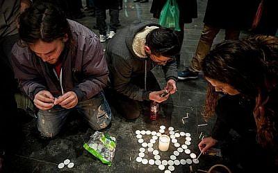 Des Israéliens allument des bougies en mémoire d'Ori Ansbacher, 19 ans, sur la place Sion de Jérusalem, le 9 février 2019 (Crédit : Yonatan Sindel/Flash90)
