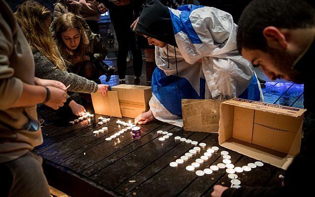 Des Israéliens allument des bougies à la mémoire d'Ori Ansbacher, 19 ans, sur la place Sion à Jérusalem, le 9 février 2019. (Crédit : Yonatan Sindel / Flash90)