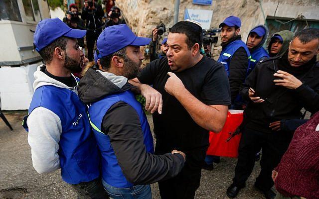 Un local israélien Ofer Ohana s'emporte contre les membres d'un nouveau groupe d'observateurs palestiniens dans la ville cisjordanienne de Hébron, le 10 février 2019.(Crédit : Wisam Hashlamoun/Flash90)