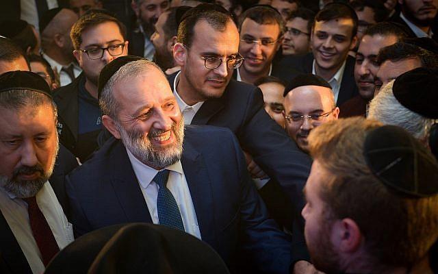 Le ministre de l'Intérieur Aryeh Deri arrive au meeting de campagne du Shas, à Bat Yam,le 10 février 2019. (Crédit : Yehuda Haim/Flash90)