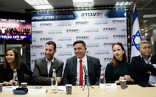 Réunion avec Avi Gabbay, chef du Parti travailliste, et des parlementaires travaillistes (de gauche à droite): Stav Shaffir, Itzik Shmuli, Amir Peretz et Shelly Yachimovich, à Tel Aviv le 13 février 2019. (Crédit : Tomer Neuberg/Flash90)