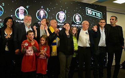 La cheffe du parti du Meretz Tamar Zandberg et d'autres membres de la formation à Tel Aviv, suite à l'annonce des résultats des primaires, le 14 février 2019 (Crédit : Flash90)