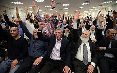 Le parti HaBayit HaYehudi vote en faveur d'une alliance préélectorale avec Otzma Yehudit à Petah Tikva, le 20 février 2019. (Crédit : Gili Yaari/Flash90)