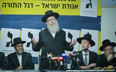 Le vice-ministre de la Santé Yaakov Litzman , deuxième à gauche, s'exprime lors du lancement de la campagne de YaHadout HaTorah à Bnei Brak, le 24 février 2019 (Crédit : Yehuda Haim/Flash90)