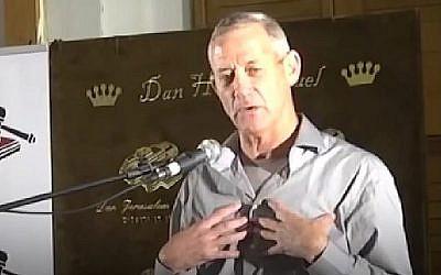 Capture d'écran d'une vidéo politique du parti du Likud attaquant le chef de Hossen LeYisrael Benny Gantz. (Crédit : Facebook)
