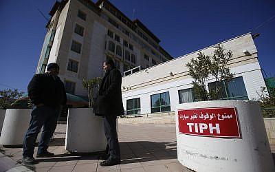 Des Palestiniens se trouvent devant le quartier général de la Présence internationale temporaire à Hébron (TIPH) dans la ville de cisjordanie d'Hébron, le vendredi 1 février 2019. (AP Photo/Majdi Mohammed)