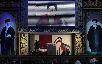 Le chef du Hezbollah Hassan Nasrallah prononce un discours diffusé en direct lors d'un rassemblement pour commémorer le 40ème anniversaire de la Révolution islamique d'Iran, dans le sud de Beyrouth, au Liban, le mercredi 6 février 2019. (AP Photo/Hussein Malla)