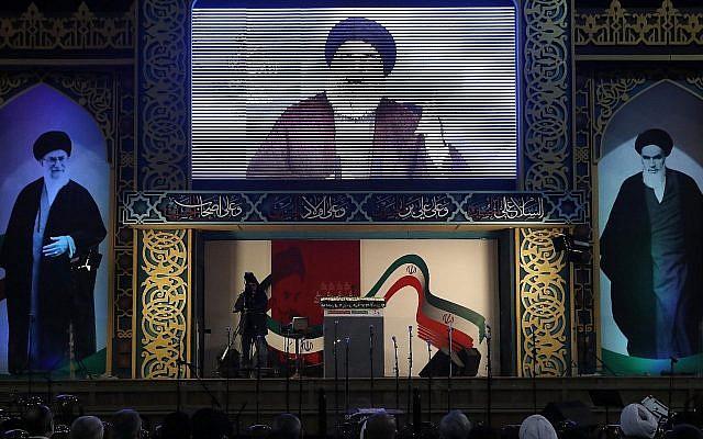 Le chef du Hezbollah Hassan Nasrallah prononce un discours diffusé en direct lors d'un rassemblement pour commémorer le 40e anniversaire de la Révolution islamique d'Iran, dans le sud de Beyrouth, au Liban, le mercredi 6 février 2019. (Crédit : AP Photo/Hussein Malla)