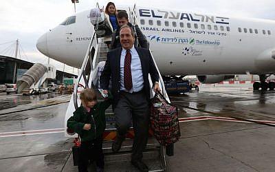 Le rabbin Yechiel Eckstein sortant du premier vol d'alyah organisé par l'International Fellowship of Christians and Jews, décembre 2014. (Avec l'aimable autorisation de l'International Fellowship of Christians and Jews)