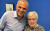 Naomi Folkman, la mère du député Royi Folkman, avec le chef de Koulanou Moshe Kahlon à la fête organisée au QG du parti de Tel Aviv, quelques heures avant d'être renversée et tuée par un camion malaxeur, le 5 février  2019. (Crédit : autorisation)