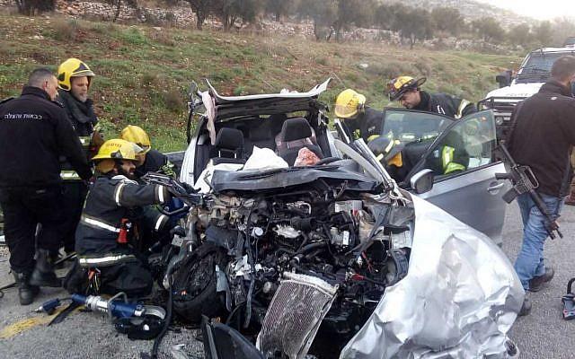 Les secours sur les lieux d'un accident de voiture mortel dans le centre de la Cisjordanie, le 19 février 2019 (Crédit : Police israélienne)