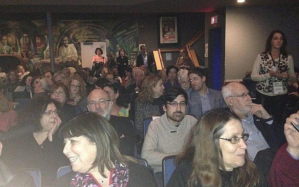 Le public lors de la soirée d'ouverture du festival du film israélien de Boston au  Brattle Theater pour la projection de 'The Other Story,' le 7 février 2019 (Crédit :  Julie Masis/ Times of Israel)