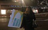 Taren Metson, au conseil d'administration du festival du film juif de Boston, avec un panneau après la soirée d'ouverture du premier festival du film israélien de Boston à  Cambridge, dans le Massachusetts, le 7 février 2019 (Crédit : Julie Masis/ Times of ISrael)