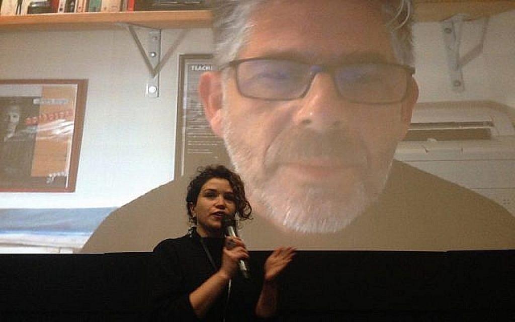 Ariana Cohen-Halberstam, directrice artistique du festival du film israélien de Boston, interroge  Yair Lev, réalisateur du documentaire 'You Only Die Twice' via Skype à Newton, au Massachusetts, le 10 février 2019 (Crédit : Julie Masis/ Times of Israel)